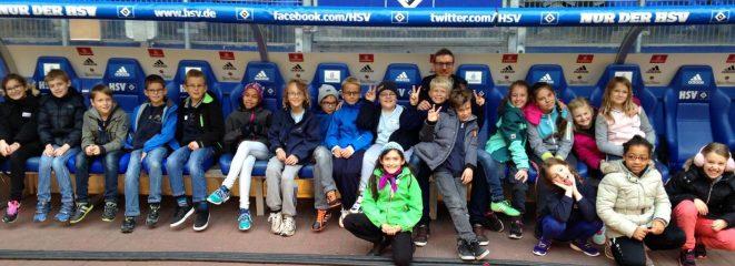 Die Klasse 4c aus Elmshorn durfte auf die Trainerbank beim HSV.